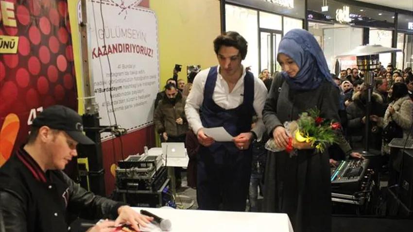 Sinan Akçıl konserinde sürpriz evlenme teklifi